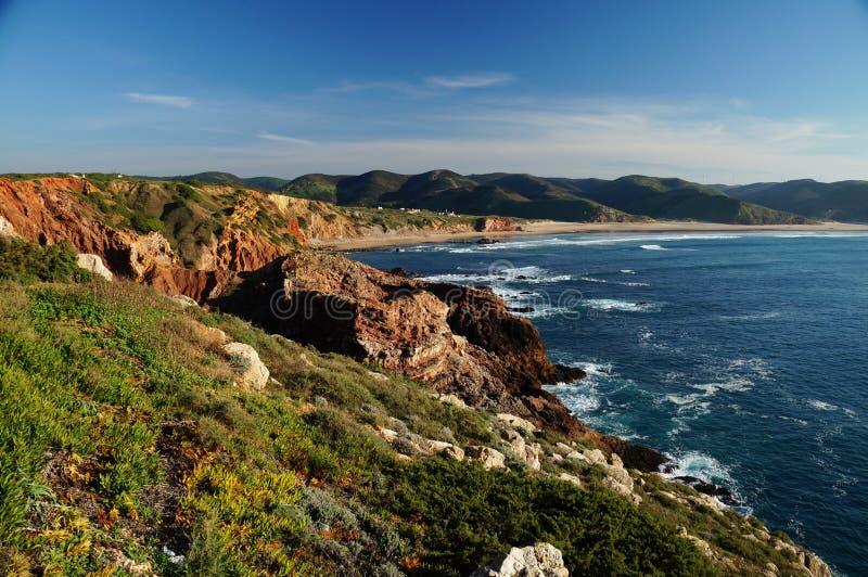 Felsige Küstenlinie an der Westküste Algarvian stockbild