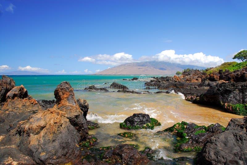 Felsige Küstenlinie durch das Meer stockfotos