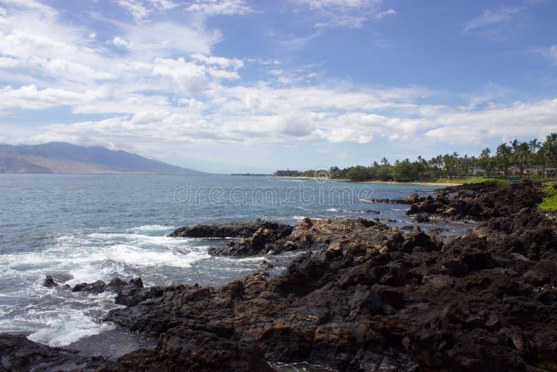 Felsige Küstenlinie in Maui, Hawaii stockfotografie