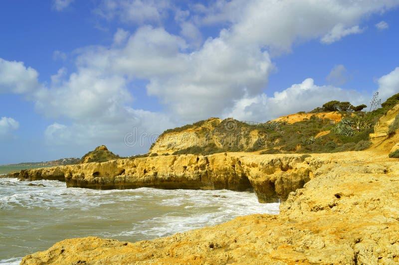 Felsige Küstenlinie und Klippen Strandes Albufeira Aveiros lizenzfreie stockfotografie