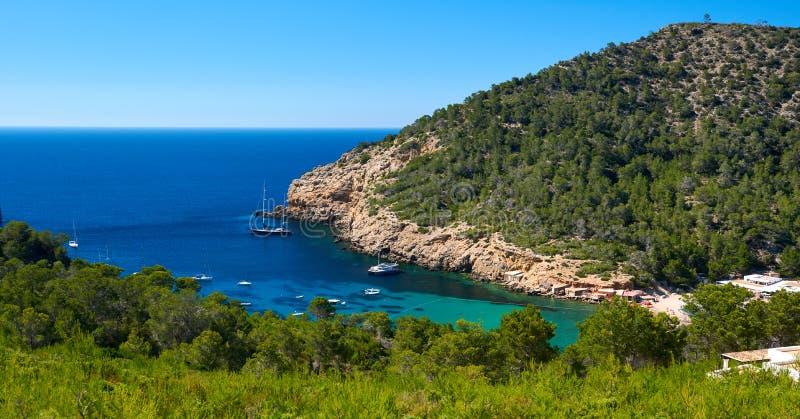Felsige Küstenlinie von Benirras in Ibiza-Insel lizenzfreie stockfotos