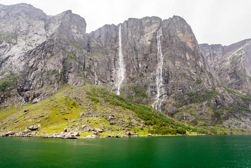 Felsige Küstenlinie von Lysefjord mit Klippen, Wasserfällen und grüner Wasserlagune, Forsand-Stadtbezirk, Rogaland-Grafschaft, No lizenzfreie stockbilder