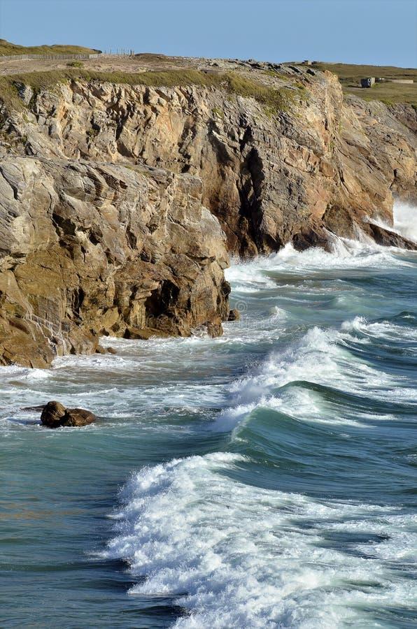 Felsige Küstenlinie von Quiberon in Frankreich lizenzfreie stockfotos