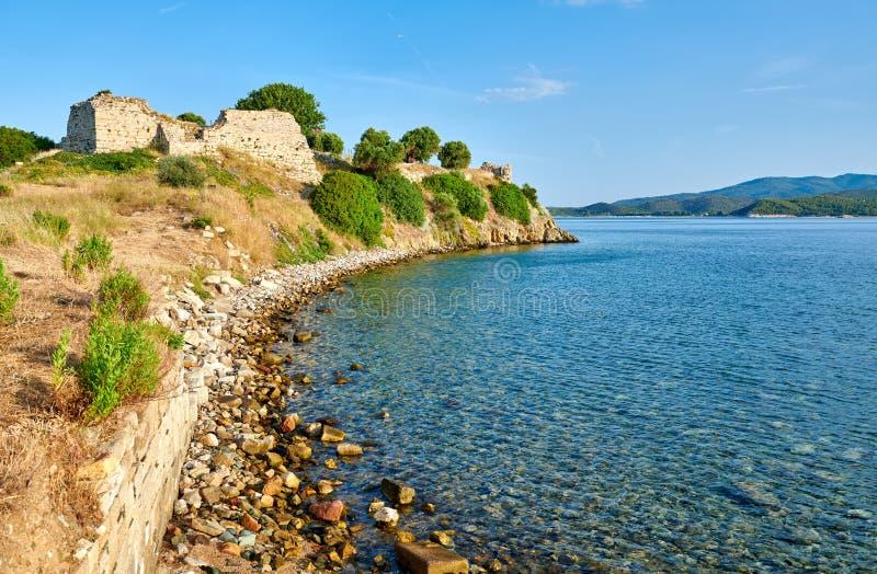 Felsige Küstenlinienlandschaft mit Schlossruinen lizenzfreies stockfoto