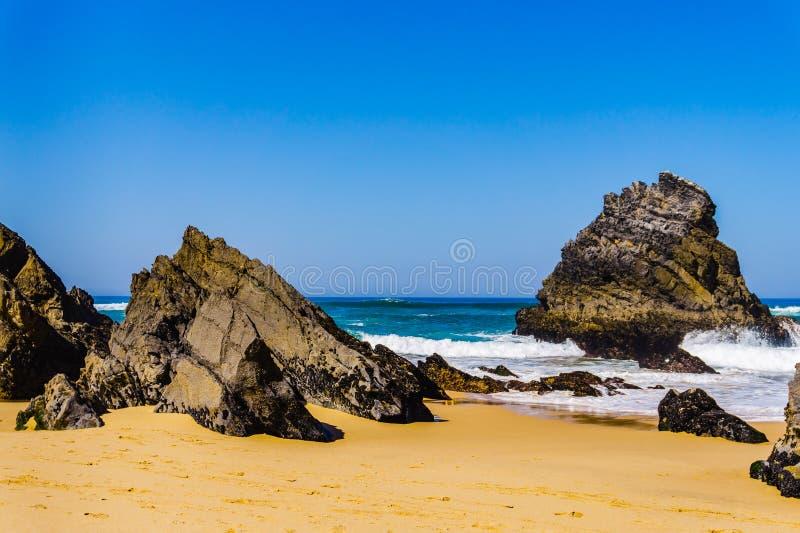 Felsige K?stenlinie Atlantiks von Adraga-Strand Portugal-K?ste lizenzfreie stockbilder