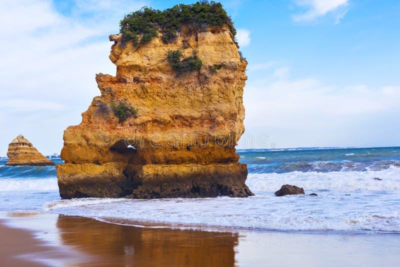 Felsige Klippe von Praia Dona Ana in Lagos, Portugal lizenzfreie stockfotos
