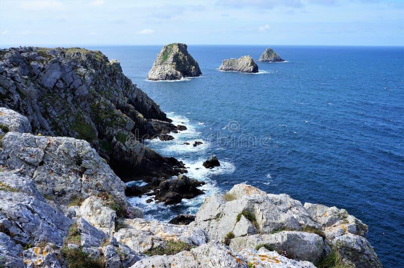 Felsige Klippen der Betäubung von Pointe de Penhir auf der Insel von Crozon in Brittany France Europe stockfoto
