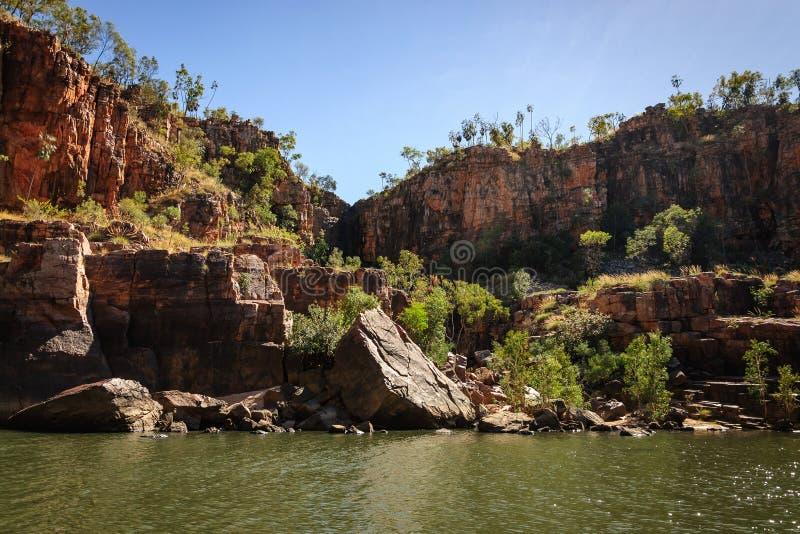 Felsige Klippenwand bei Katherine River Gorge in Australien stockfotos