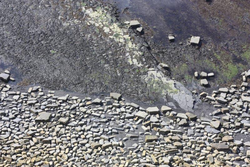 Felsige Muster auf dem Seebett lizenzfreies stockbild