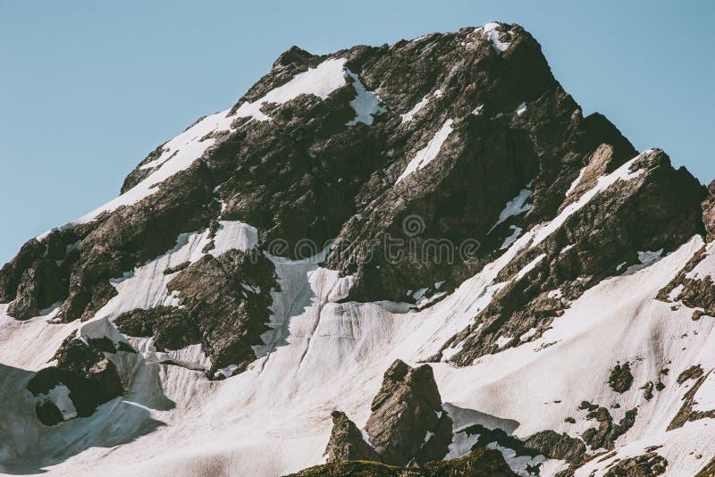 Felsige schneebedeckte Bergspitze-Landschaftsreise lizenzfreie stockbilder