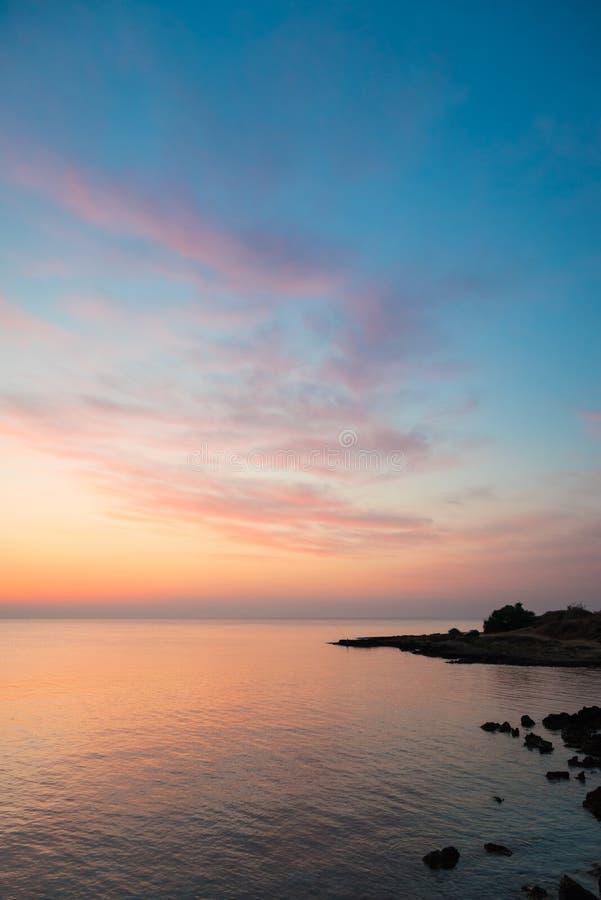 Felsige Seeküste vor Sonnenaufgang stockfotos