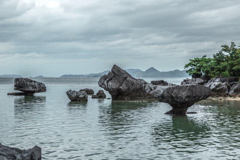 Felsige Steine stehen in der Seeuntiefe am bewölkten Tag lizenzfreies stockbild