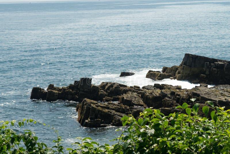 Felsige Ufer des Kaps Elizabeth Maine und Atlantiks lizenzfreie stockfotos