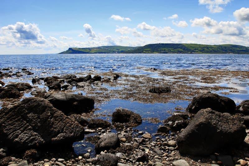 Felsige und schöne Antrim-Küstenlinie bei Cushendall lizenzfreies stockfoto