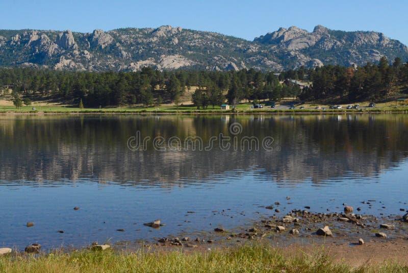 Felsige Vorberge, die im See Estes sich reflektieren stockbilder