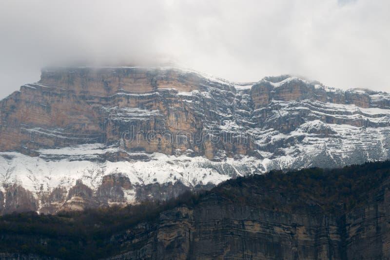 Felsige Wand in den Alpen lizenzfreies stockbild