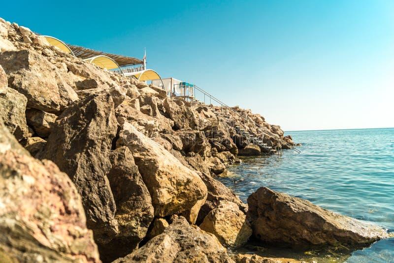 Felsiger albanischer Strand stockfoto