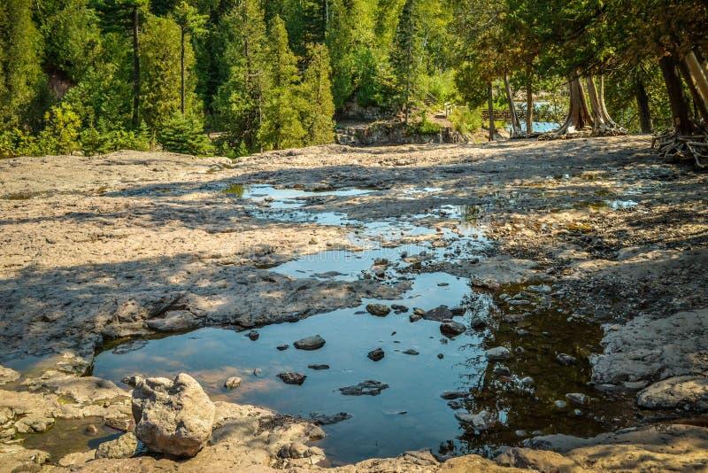 Felsiger Flussbettausfluß des Wassers nahe Stachelbeere fällt Nationalpark in Minnesota lizenzfreies stockbild