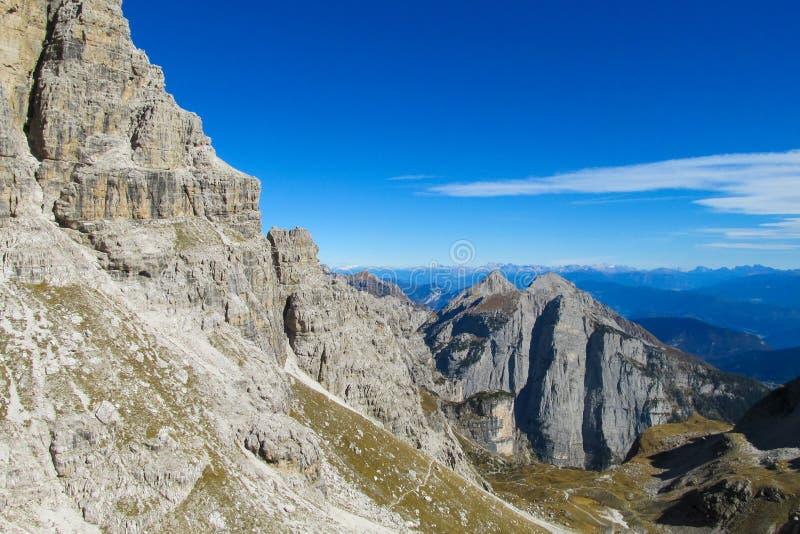 Felsiger Gebirgsklippentürme von Dolomiti di Brenta, Italien stockbilder