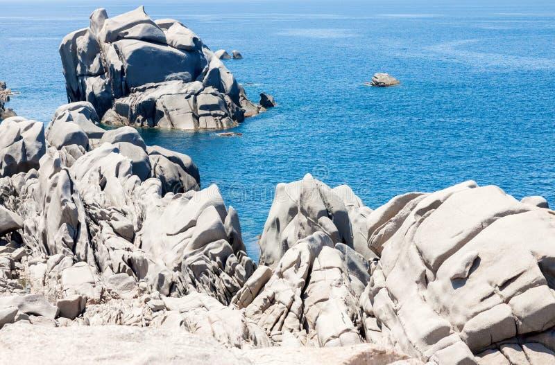 Felsiger Meerblick in Sardinien stockfotografie