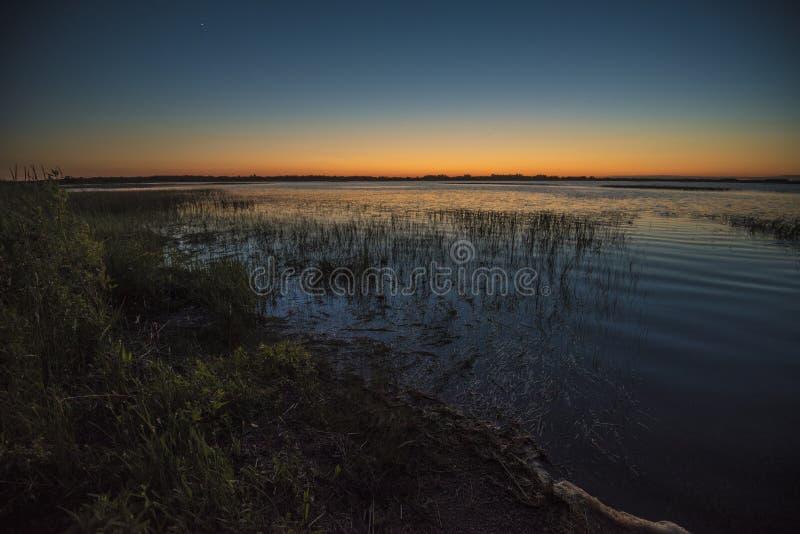 Felsiger See-Sonnenuntergang lizenzfreies stockbild