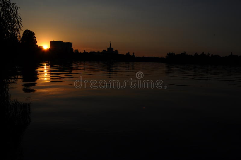 Felsiger See-Sonnenuntergang stockbilder
