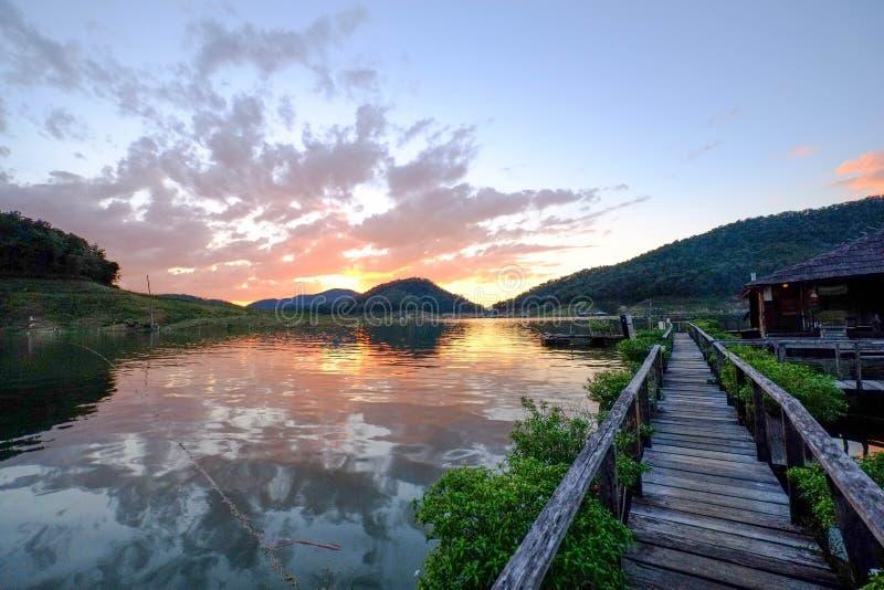 Felsiger See-Sonnenuntergang lizenzfreie stockfotos