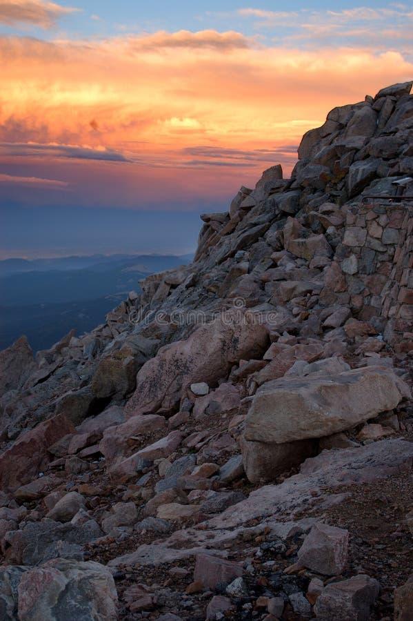 Felsiger Sonnenuntergang in den felsigen Bergen stockfotografie