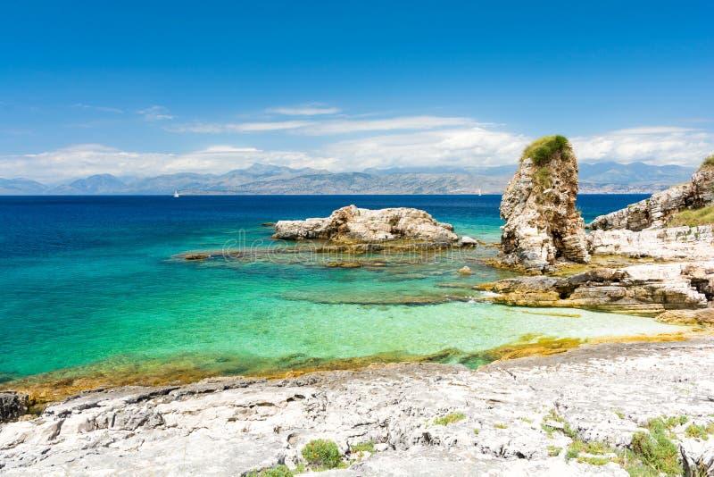 Felsiger Strand in Kassiopi in Korfu-Insel, Griechenland lizenzfreie stockfotos