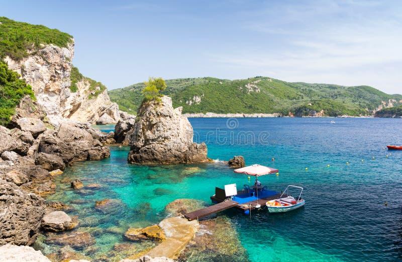 Felsiger Strand in Paleokastritsa auf Korfu-Insel, Griechenland stockfotos