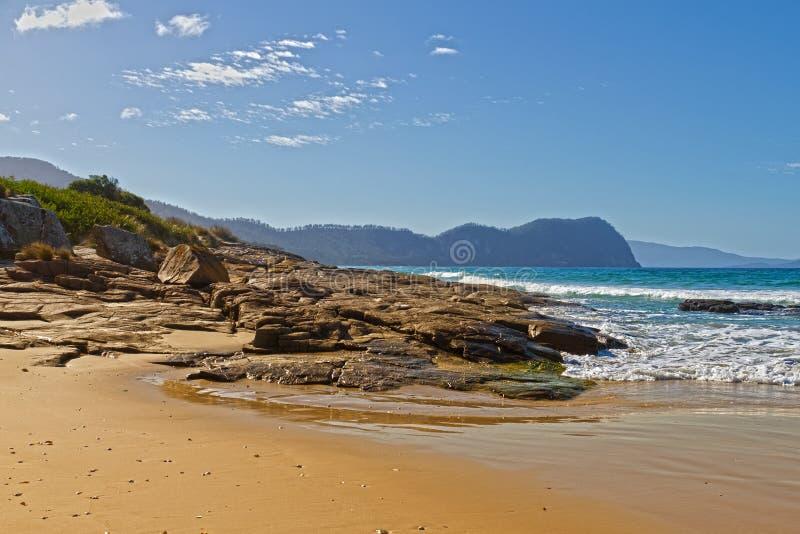 Felsiger Strand, Tasmanien lizenzfreie stockbilder