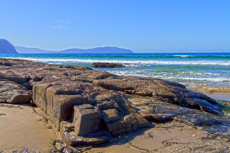 Felsiger Strand, Tasmanien lizenzfreie stockfotos