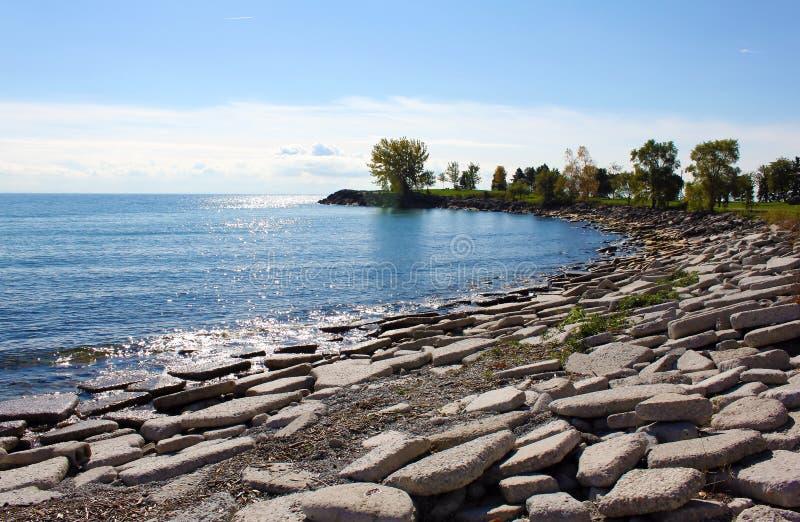 Felsiger Strand vom Ontariosee stockfoto