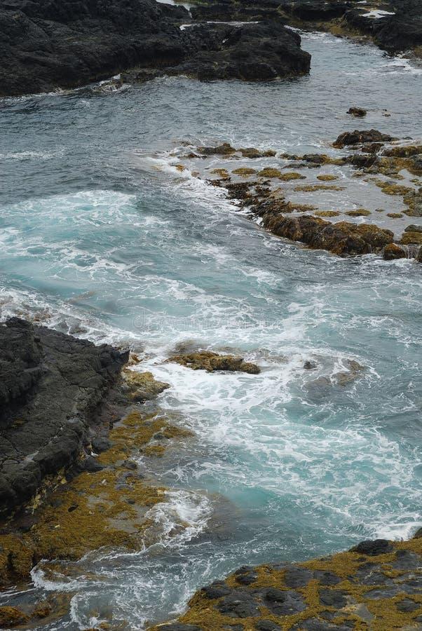 Felsiges Seeufer stockfoto