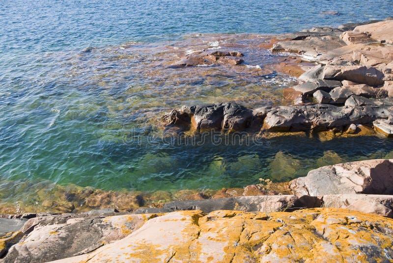 Felsiges Ufer stockfotografie
