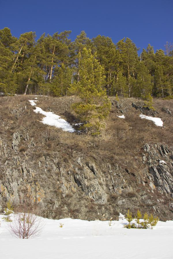 Felsiges Ufer des gefrorenen Flusses lizenzfreie stockfotografie