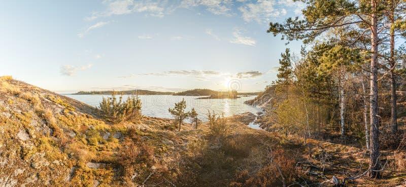 Felsiges Ufer des Sees an einem sonnigen Tag lizenzfreie stockbilder