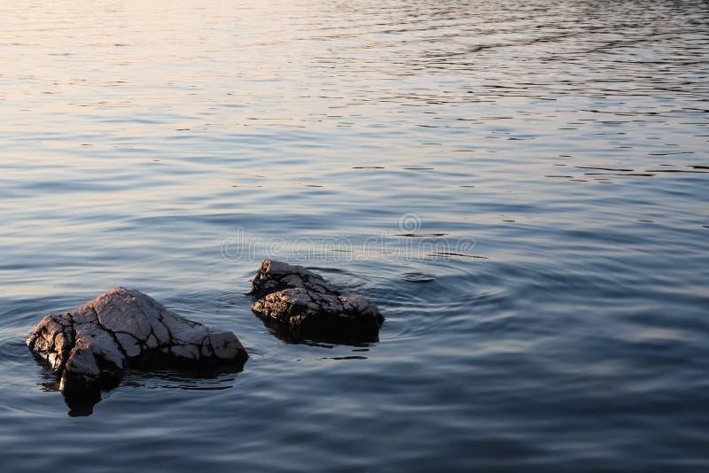 Felsiges Ufer am Sonnenuntergang lizenzfreie stockfotos