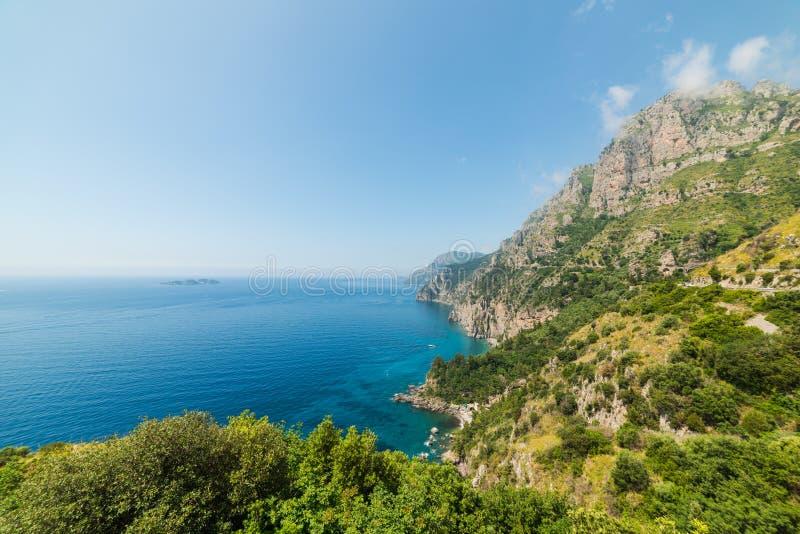 Felsiges Ufer in weltberühmter Amalfi-Küste stockfotografie