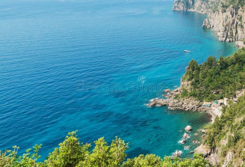 Felsiges Ufer in weltberühmter Amalfi-Küste lizenzfreies stockfoto