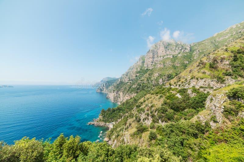 Felsiges Ufer in weltberühmter Amalfi-Küste lizenzfreie stockfotos