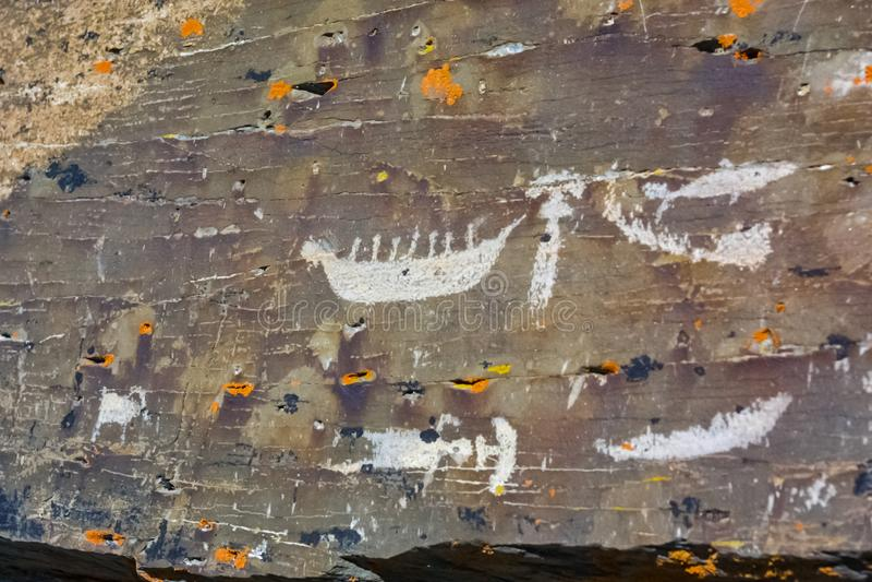 Felsmalereien auf den Felsen in Chukotka lizenzfreie stockfotos
