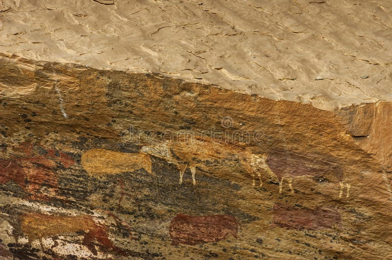 Felszeichnung von langen letzten San-Leuten (Buschmann) im Giants-Schloss-Höhlen-Kwazulu Natal Naturreservat lizenzfreie stockfotos
