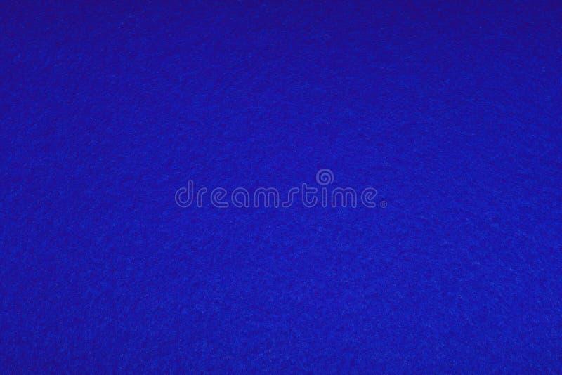 Feltro colorato brillantemente blu - fondo Struttura lanuginosa morbida Priorit? bassa di arte astratta Spazio vuoto immagini stock