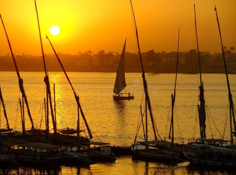 Felucca fartyg på hamnen på solnedgången, Luxor royaltyfri fotografi