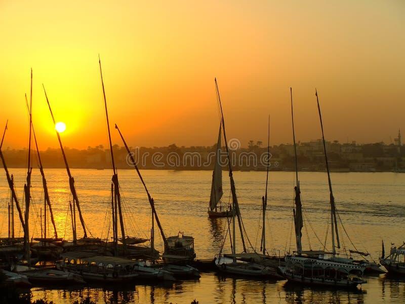 Felucca fartyg på hamnen på solnedgången, Luxor royaltyfria foton