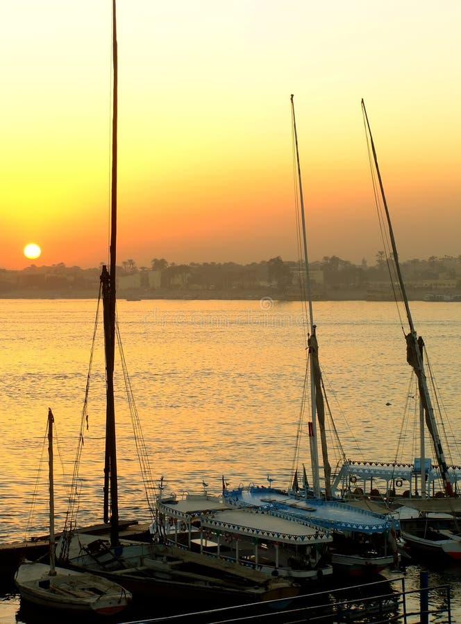 Felucca fartyg på hamnen på solnedgången, Luxor arkivfoton
