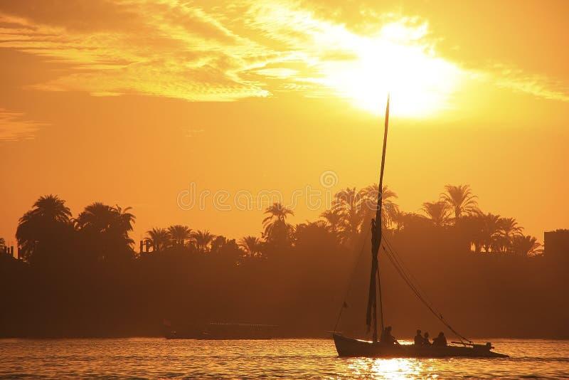 Feluccaboot die op de rivier van Nijl bij zonsondergang, Luxor varen royalty-vrije stock fotografie