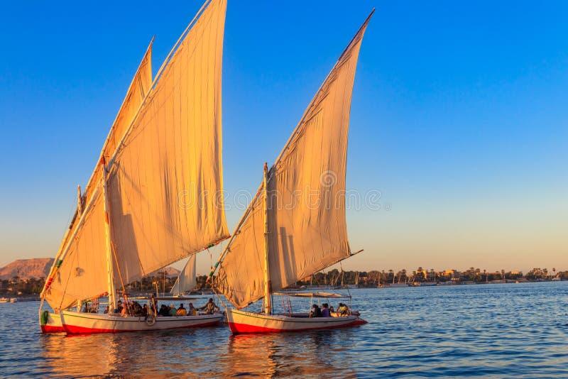 Feluccaboten die op de rivier van Nijl in Luxor, Egypte varen Traditionele Egyptische varende boten royalty-vrije stock afbeelding