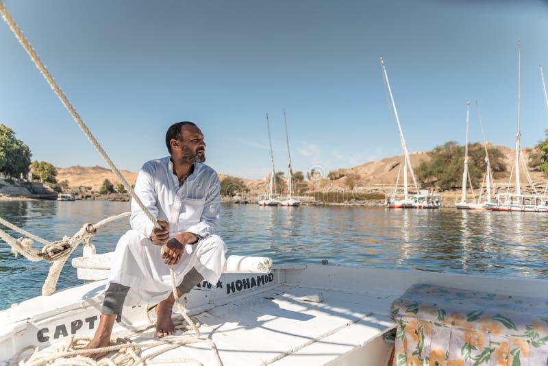 Feluccas Kapitän Sailing sein Boot auf dem Nil nahe Assuan Ägypten stockbilder